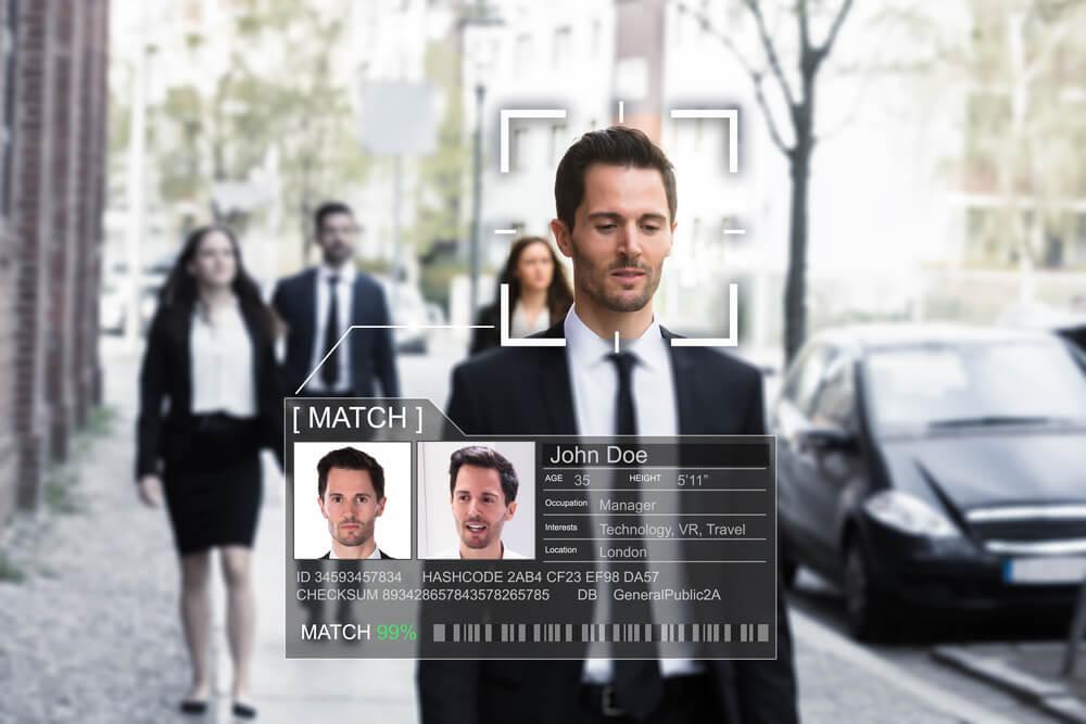 Reconocimiento facial mientras hombre camina por la calle