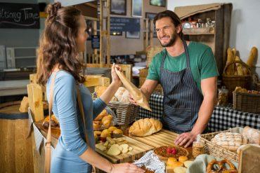 Cliente en pequeño comercio en una panadería