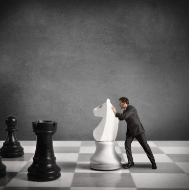 ejecutivo en un tablero de ajedrez decidiendo la estrategia de experiencia del cliente