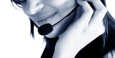 Operadora de teléfono ayudando y mejorando el servicio al cliente