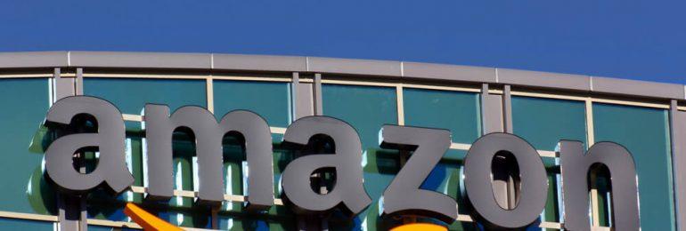 Logo de amazon en la fachada de su edificio