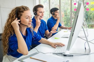 varios chicos en un call center